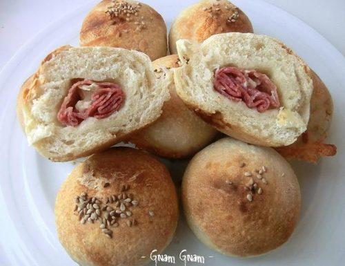 Muffin salati con salame e brie | Ricetta golosa