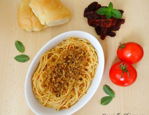 Pasta con pomodori secchi e mollica | Ricetta veloce