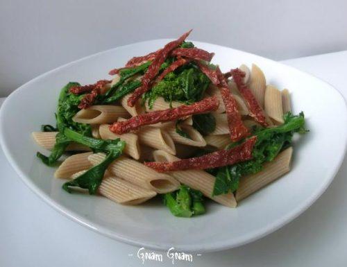 Pasta con cime di rapa e pomodori secchi | Ricetta leggera