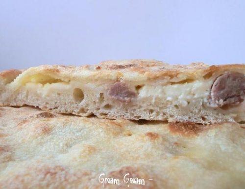 Pizza ripiena con salsiccia e stracchino | Ricetta