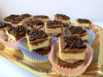 quadrotti di pan di spagna con crema al caffè e cioccolato
