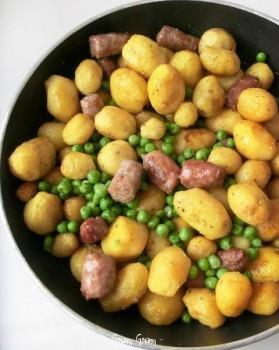 salsiccia patate piselli in padella
