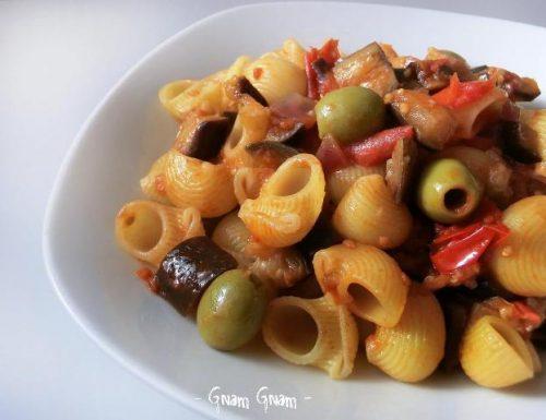 Pasta con melanzane a funghetto e olive | Ricetta