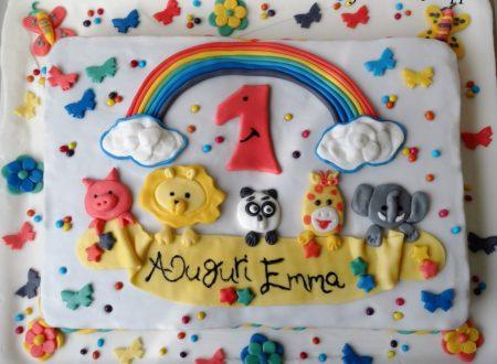 Torta di compleanno colorata con animali