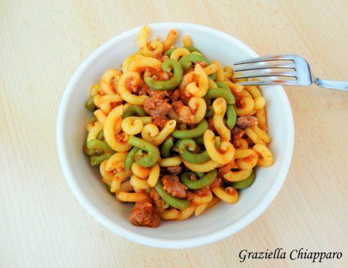 Gramigna e salsiccia | Ricetta con panna o pomodoro