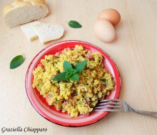 uova strapazzate con zucchine, prosciutto e formaggio
