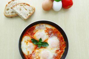 Uova con il pomodoro o uova in purgatorio | Ricetta facile