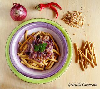 pasta con cipolla rossa di tropea e briciole