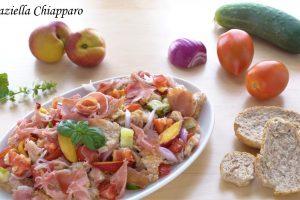 Panzanella rivisitata con pesche noci e prosciutto crudo