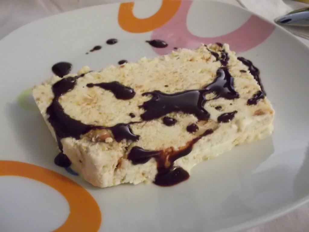 Semifreddo croccante con salsa al cioccolato , ricetta dolci, ricetta dolci al cucchiaio , ricetta dal blog Lo Specchio In Cucin