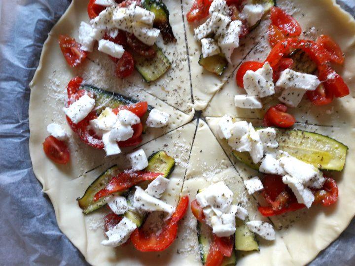 corona di pasta sfoglia con verdure e mozzarella