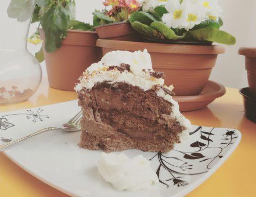 Torta farcita al mascarpone, crema e granella di nocciole