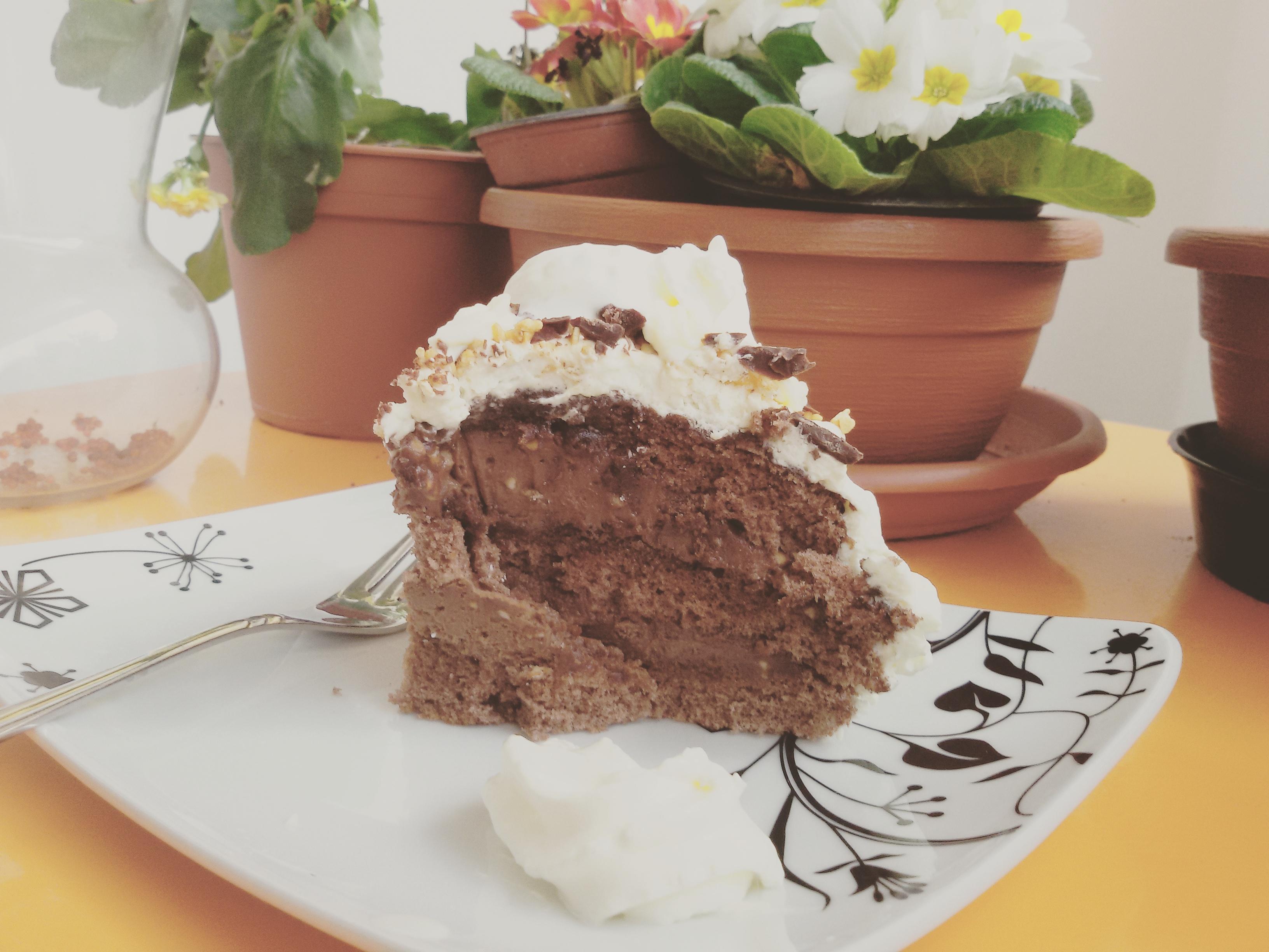 torta farcita al mascarpone con crema e granella di nocciole