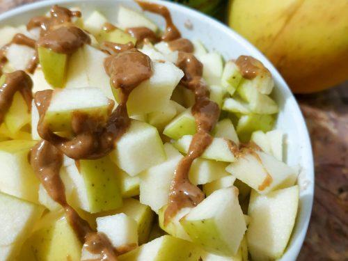 Bowl di yogurt e weetabix con mela e burro di arachidi alla cannella