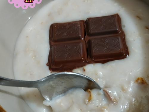 Porridge alla pera con latte di mandorla e cioccolato fondente