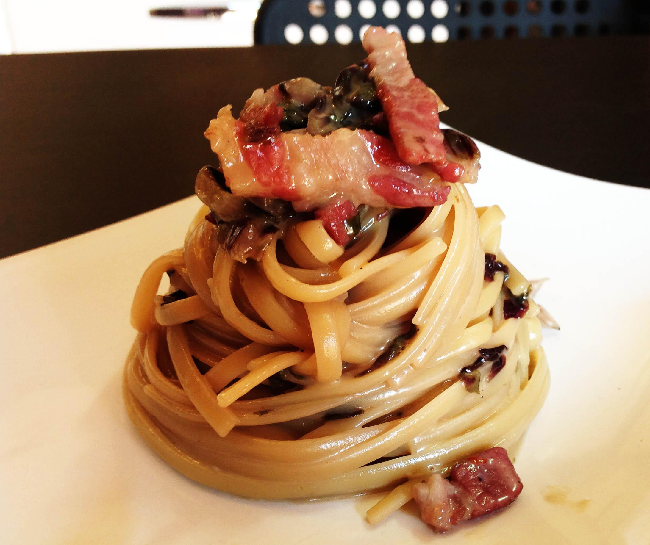 La Pasta radicchio e pancetta affumicata è un gustoso primo piatto ...