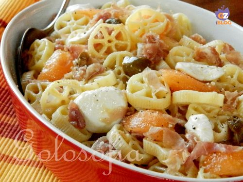 Insalata di pasta con prosciutto e melone, ricetta semplice gustosissima