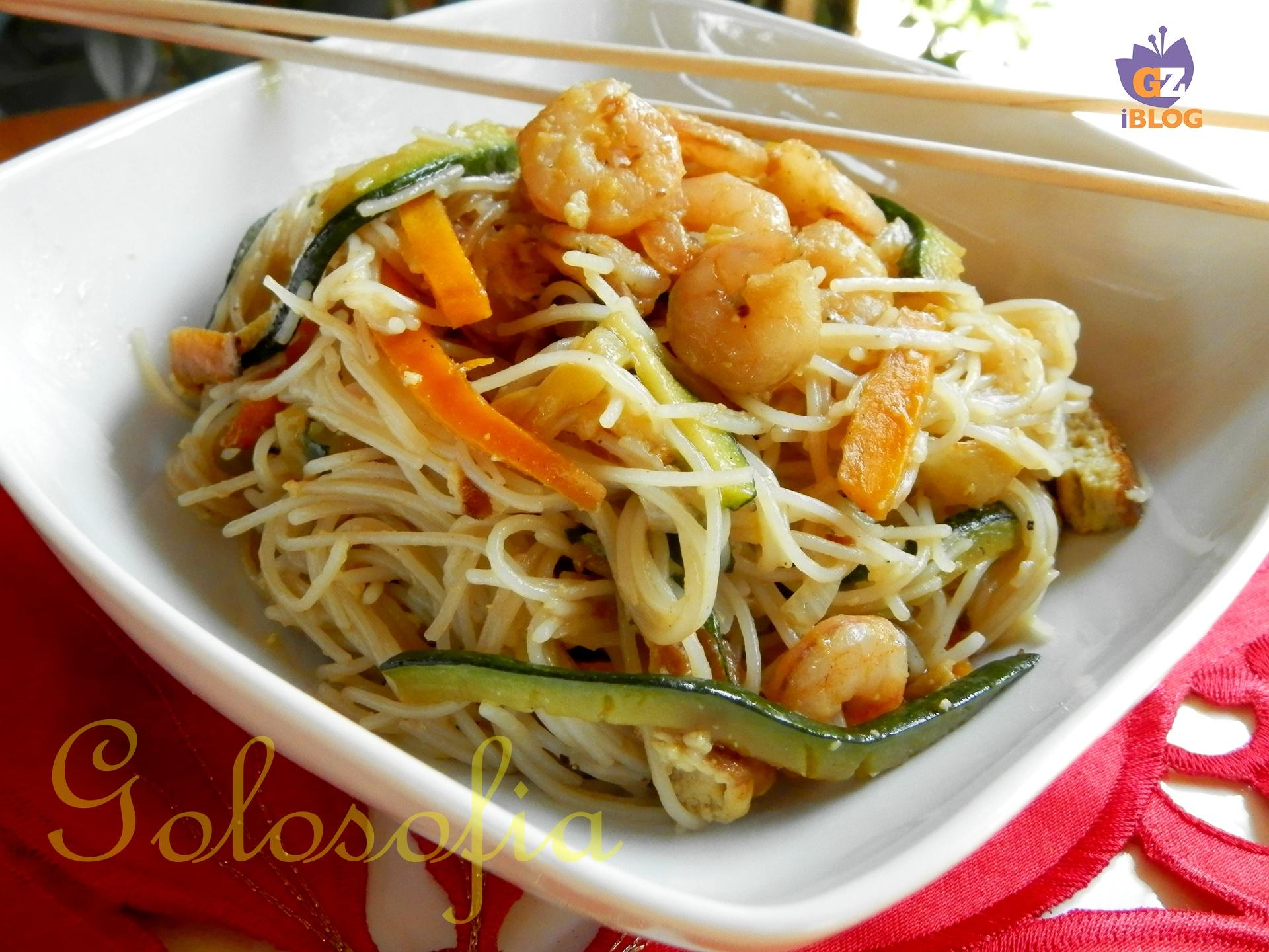spaghetti di riso con verdure e gamberi ricetta primi piatti golosofia