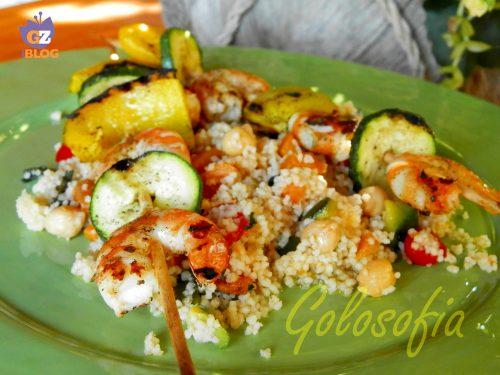 Spiedini di gamberi e verdure su un letto di cous cous, ricetta leggera