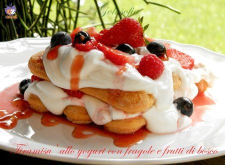 Tiramisu' allo yogurt con fragole e frutti di bosco, ricetta dolci