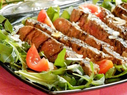 Tagliata con rucola pomodorini e grana, ricetta veloce