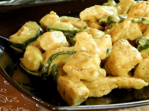 Bocconcini di pollo al curry e zucchine, ricetta gustosa
