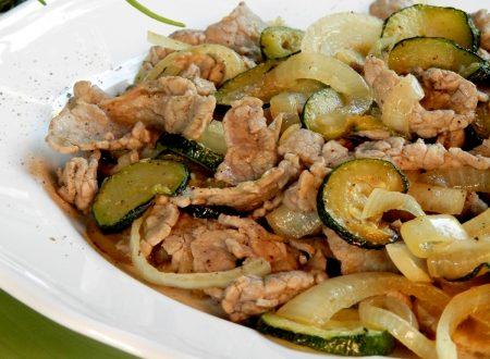 Straccetti con cipolla e zucchine, ricetta gustosissima