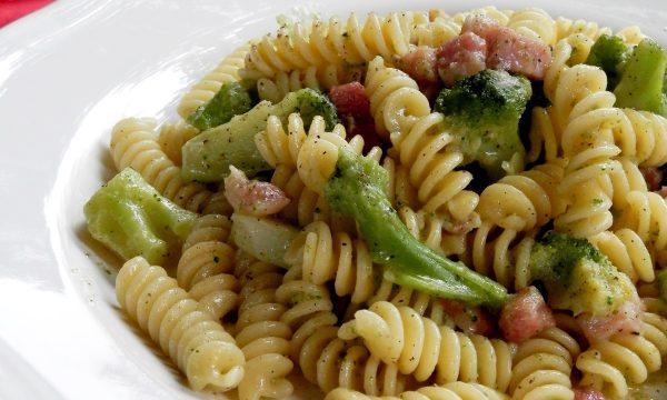 Fusilli con broccoli, pancetta e pecorino, ricetta gustosa