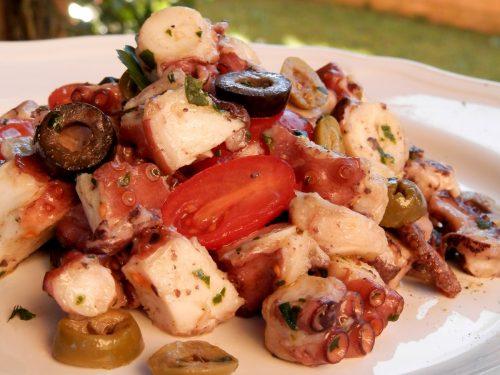 Insalata di polpo con pomodorini e olive, ricetta gustosa