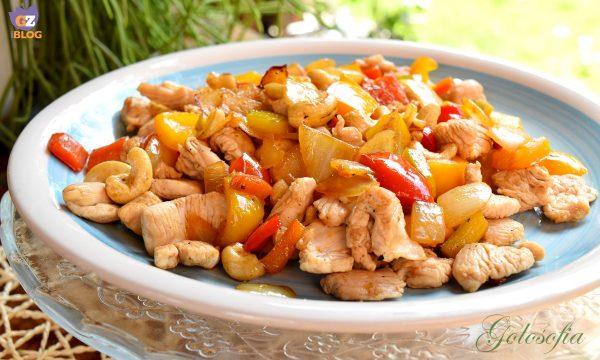 Pollo con peperoni e anacardi, ricetta veloce al wok