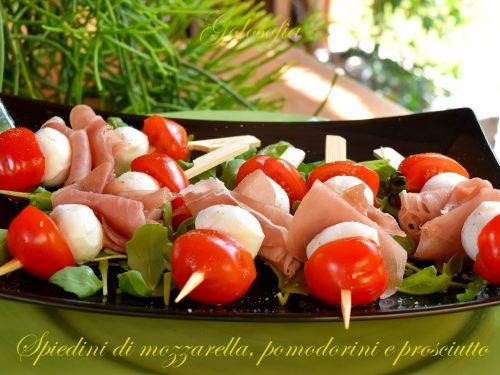Spiedini di mozzarella, pomodorini e prosciutto, ricetta estiva