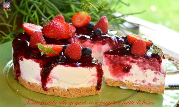 Torta fredda allo yogurt, con fragole e frutti di bosco