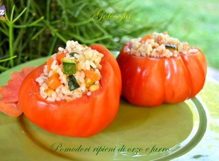 Pomodori ripieni di orzo e farro, ricetta estiva gustosa