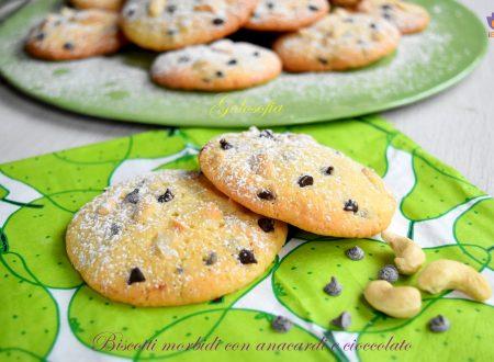 Biscotti morbidi con anacardi e cioccolato, ricetta golosa