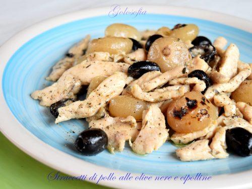 Straccetti di pollo alle olive nere e cipolline, ricetta gustosissima