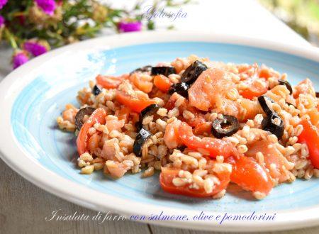 Insalata di farro con salmone, olive e pomodorini, ricetta gustosa