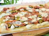 Pizza con speck, zucchine e crescenza-ricetta piatti unici-golosofia