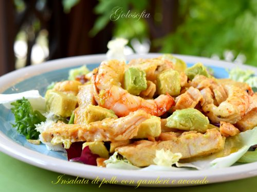 Insalata di pollo con gamberi e avocado, ricetta fresca e gustosa