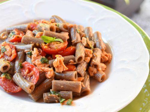 Tortiglioni integrali con tonno, pomodorini e basilico, ricetta leggera