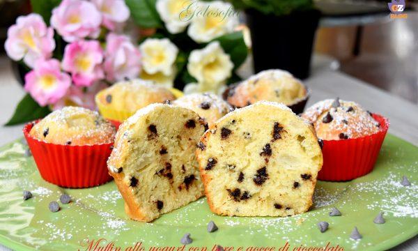 Muffin allo yogurt con pere e gocce di cioccolato, ricetta soffice golosa