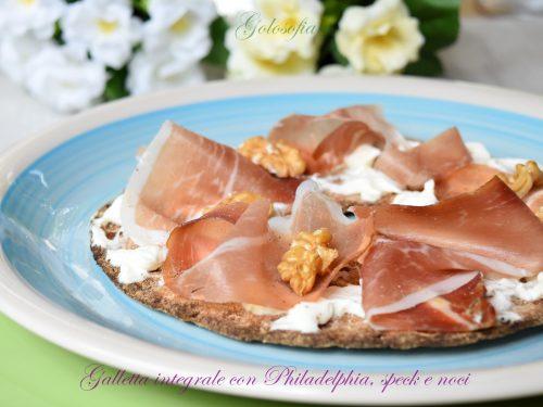 Galletta integrale con Philadelphia, speck e noci, ricetta veloce gustosa