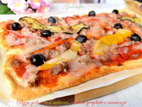 Pizza golosa con salsiccia, verdure grigliate e scamorza, ricetta veloce