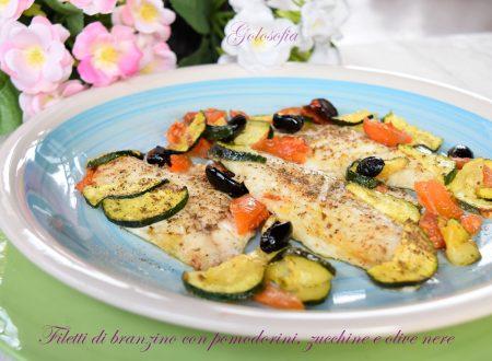 Filetti di branzino con pomodorini, zucchine e olive nere, ricetta gustosa