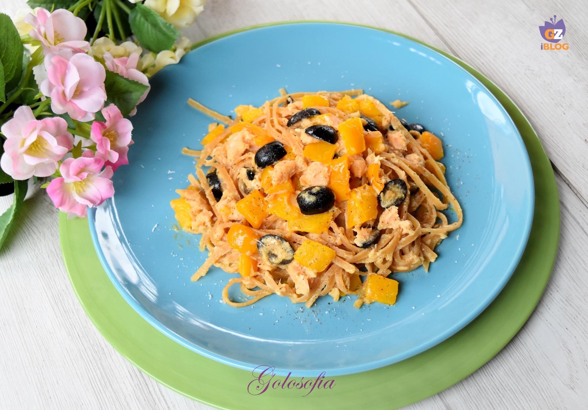Linguine proteiche al salmone, peperoni e olive-ricetta primi-golosofia