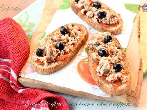 Bruschette sfiziose con tonno, olive e capperi, ricetta antipasti