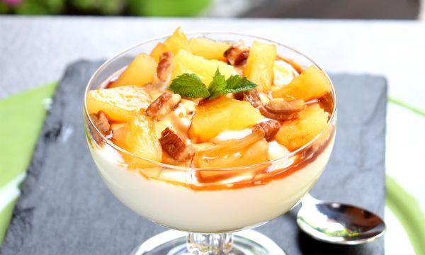 Crema di yogurt greco con ananas caramellato e noci, goloso e sano dessert!