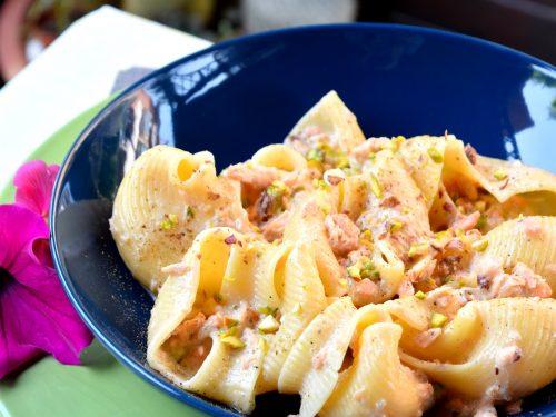 Conchiglioni cremosi al salmone e granella di pistacchi, ricetta fantastica!