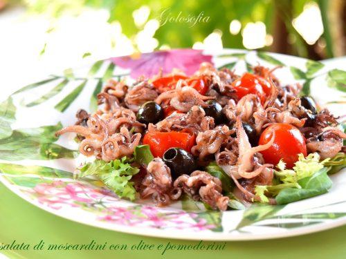 Insalata di moscardini con olive e pomodorini, gustosa e leggera