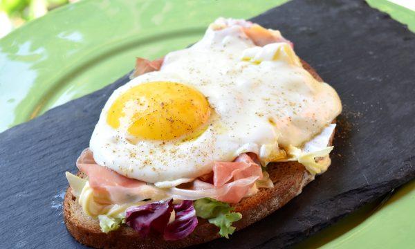 Crostone rustico con uova e prosciutto, ricetta golosa veloce