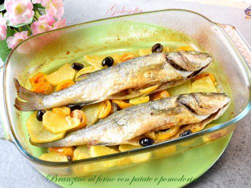 Branzino al forno con patate e pomodorini, ricetta gustosa e leggera